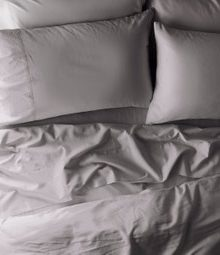 Coyuchi Sateen sheet set in Pale Grey